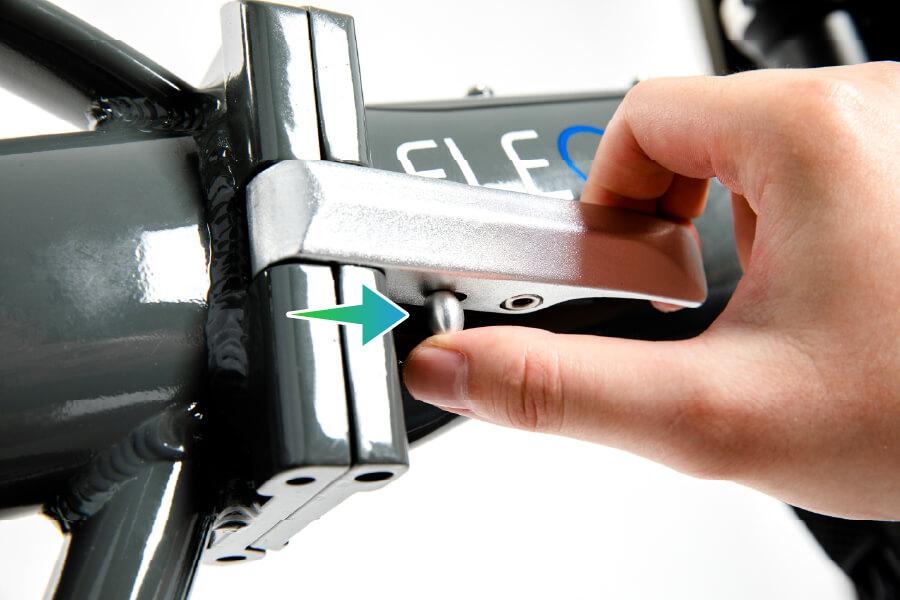 10.打開車架折上機構板手  (必須將下方安全扣前推使能開啟板手)